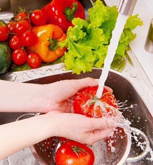 Người dùng nên rửa trái cây, rau củ quả dưới vòi nước chảy trước khi sử dụng