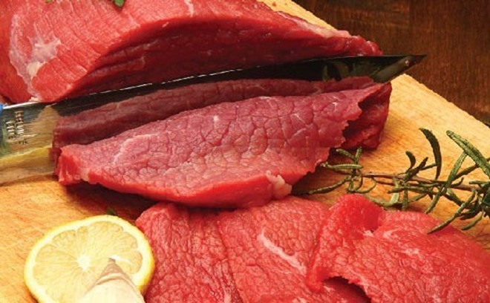 Thịt bò thật có màu đỏ au và không bị thay đổi màu sau khi rửa hoặc chế biến