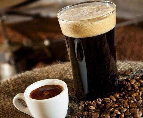 Bọt cà phê giả luôn óng ánh màu cầu vồng, đánh lên đầy cả ly và rất lâu tan