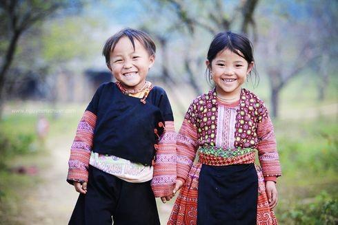 Các em bé dân tộc thiểu số trong trang phục thổ cẩm