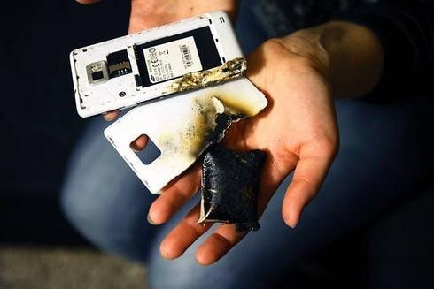 Nổ điện thoại do sạc pin kém chất lượng