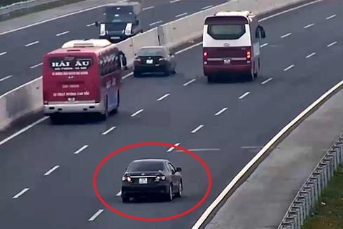 Chiếc xe con thản nhiên lùi trên làn thứ đường cao tốc thứ 3, suýt gây tai nạn nghiêm trọng.