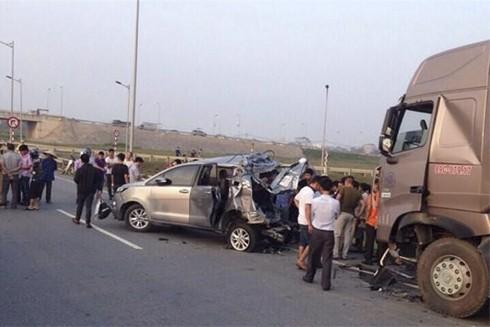 Xe Innova lùi xe trên cao tốc làm 4 người tử vong