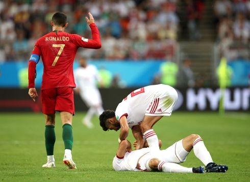 Ronaldo đánh nguội cầu thủ Iran nhưng chỉ phải nhận thẻ vàng
