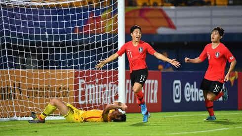 Nhận bóng từ đồng đội, Lee Dong-jun (số 11) đã khống chế bóng ấn tượng trước khi dứt điểm chìm hiểm hóc về góc xa để ghi bàn thắng duy nhất trong trận đấu với U23 Trung Quốc