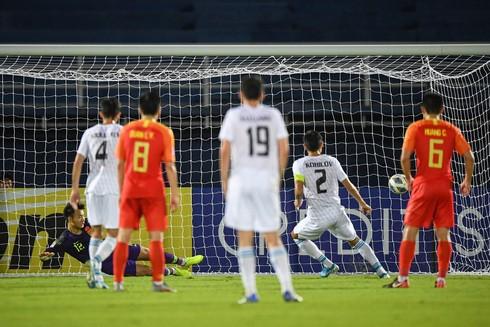 Cú đá phạt đền thành công của Islomjon Kobilov (số 2) đã mở ra chiến thắng với tỉ số 2-0 của U23 Uzbekistan trước U23 Trung Quốc