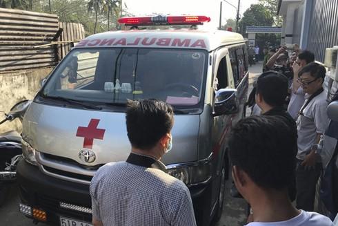 Xe cứu thương tới đưa thi thể các nạn nhân đi trong vụ cháy nhà dân quận 9 sáng 21-1-2020