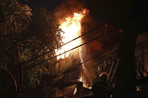 Cháy lớn ở đường Đê La Thành, Hà Nội, khiến 2 người tử vong và hàng chục ngôi nhà bị thiêu rụi