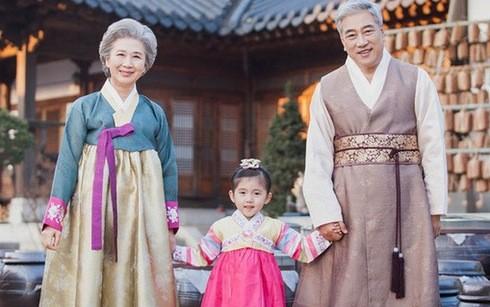 Tất cả người Hàn đều mặc Hanbok để thực hiện những nghi thức trong ngày Tết cổ truyền