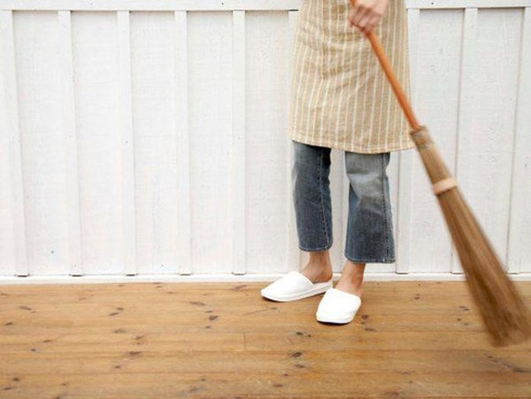 Người Trung Quốc kiêng không quét nhà ngày đầu năm vì điều này sẽ đồng nghĩa với việc xua tan phú quý ra khỏi nhà