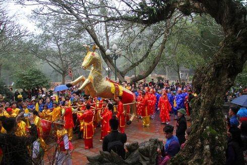 Người dân mang lễ vật tới cung tiến tại hội Gióng