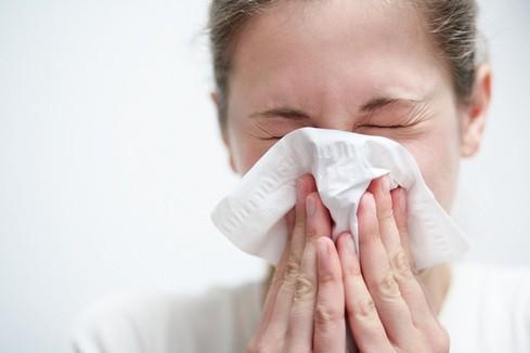 Sốt cao đột ngột (trên 38 độ C), ho khan kèm theo biểu hiện đau họng, sổ mũi, người mệt mỏi, đâu đầu… là những biểu hiện đầu tiên của bệnh cúm A-H1N1