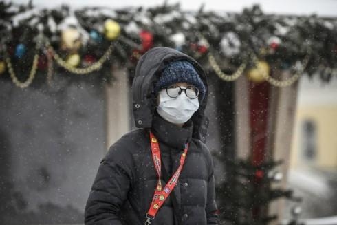 Một du khách đeo khẩu trang y tế khi đi trên đường phố thủ đô Matxcơva, Nga hôm 29-1