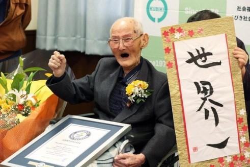 Cụ ông Chitetsu Watanabe trong ngày được công nhận là người đàn ông cao tuổi nhất hành tinh