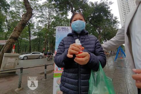 Bà Lê Thị Chính vui mừng khi nhận được chai nước rửa tay