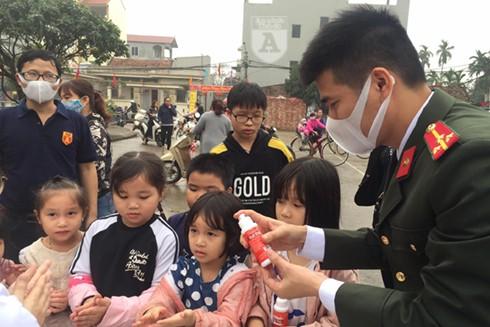 Báo ANTĐ phát nước rửa tay miễn phí tại xã Hạ Mỗ, huyện Đan Phượng