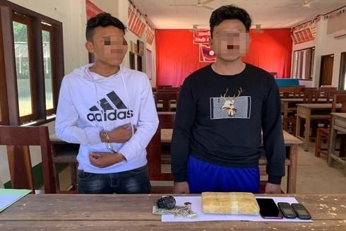 Hai đối tượng người Lào bị bắt giữ cùng tang vật. Ảnh: BĐBP cung cấp
