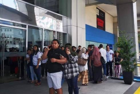 Người dân lo lắng chờ đợi thông tin gần trung tâm thương mại nơi các con tin đang bị giam giữ
