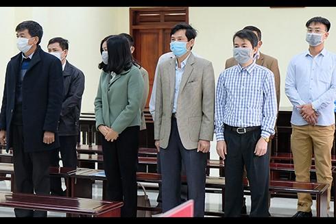 Lê Mạnh Hà (áo vest đen) cùng các đồng phạm (Ảnh: Vnexpress)
