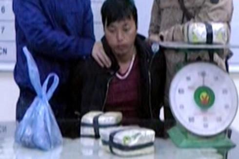 Ma Lù Pao cùng tang vật tại cơ quan điều tra (Ảnh: Công an Lào Cai)