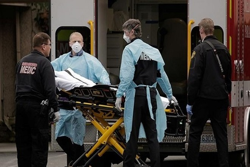 Nhân viên y tế Mỹ di dời bệnh nhân Covid-19 lên cáng cứu thương ở bang Washington đầu tháng này. Ảnh: Reuters