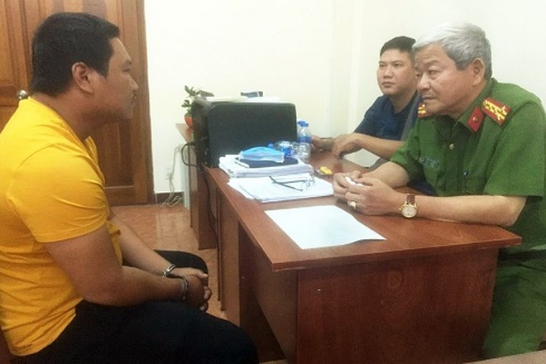 Đại tá Lê Ngọc Phương, Phó cục trưởng Cục Cảnh sát Hình sự (Bộ Công an) đang hỏi cung nghi can Nguyễn Thanh Tâm. Ảnh: Công an cung cấp.