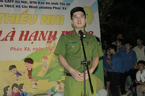 Trung úy Lê Văn Ba - Bí thư Đoàn Thanh niên Trung đoàn CSCĐ - Đại diện Ban Tổ chức đã phát biểu động viên và chúc mừng các cháu nhỏ nhân ngày Tết thiếu nhi