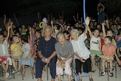 Không chỉ có các em nhỏ, mà ngay cả những người già cũng hào hứng tham gia chương trình Tết thiếu nhi