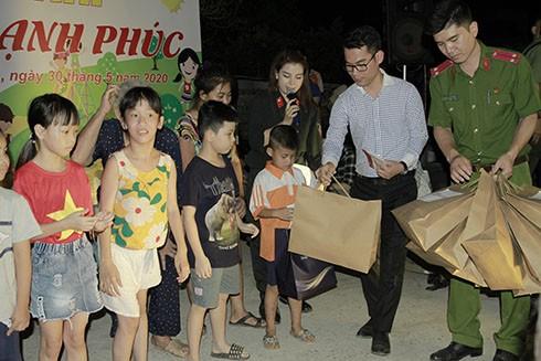 Ban tổ chức cùng các nhà tài trợ trao quà cho các cháu nhỏ có hoàn cảnh khó khăn