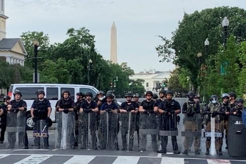 Các sĩ quan thuộc lực lượng chống bạo loạn nhà tù hiện diện ở thủ đô Washington
