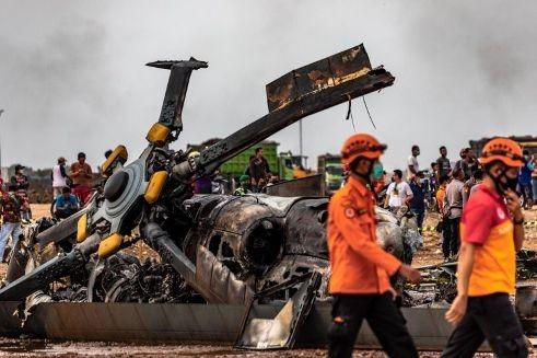 Chiếc trực thăng MI-17 của quân đội Indonesia chỉ còn là 1 đống sắt vụn sau tai nạn