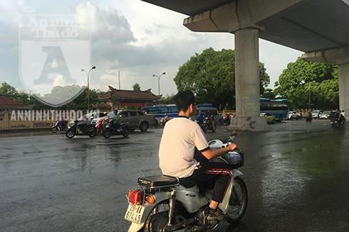 Học sinh đi xe không đội mũ bảo hiểm