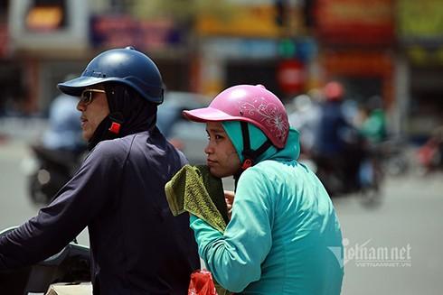 Nắng gắt ở Hà Nội, người đi đường mang theo cả khăn mặt ướt (Nguồn: Vietnamnet)