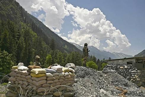 Lính Ấn Độ bảo vệ một đường cao tốc dẫn tới vùng tiếp giáp Trung Quốc