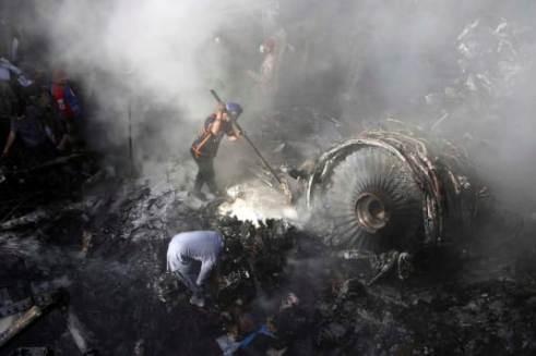 Các tình nguyện viên đang cố gắng tìm kiếm những người sống sót sau vụ tai nạn thảm khốc ngày 22-5 tại Pakistan