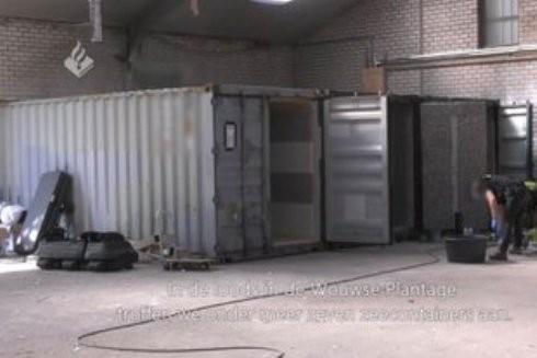 Những chiếc container được cách âm để ngăn những âm thanh có thể phát ra khi tra tấn