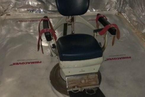 Một chiếc ghế tra tấn được tìm thấy trong căn buồng container bí mật