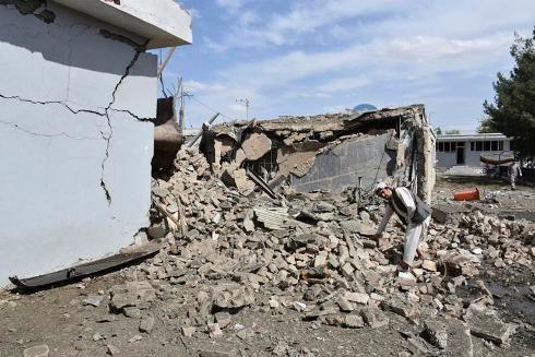 Khung cảnh hoang tàn sau vụ tấn công bằng bom xe bên ngoài tòa nhà Cơ quan tình báo Quốc gia Afghanistan