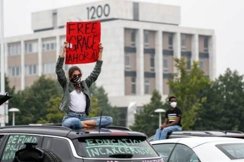 Người biểu tình giơ cao biểu ngữ yêu cầu trả tự do cho nữ sinh Grace