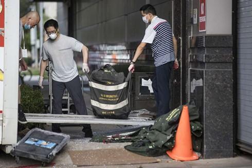 Nhân viên lãnh sự quán Trung Quốc dọn đồ đạc rời đi. (Ảnh: Houston Chronicle)