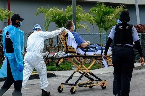 Nhân viên y tế vận chuyển người nhiễm nCoV tại Trung tâm y tế North Shore, Miami, bang Florida. Ảnh: Reuters.
