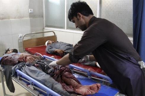 Một người đàn ông bị thương được điều trị sau vụ tấn công ở Jalalabad