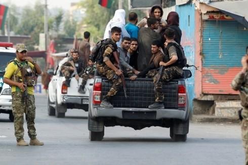 Lực lượng an ninh Afghanistan bắt giữ các tù nhân bỏ trốn khỏi nhà tù ở Jalalabad sau cuộc tấn công của IS