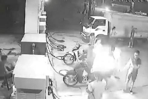 Không tuân thủ an toàn PCCC nhóm thanh niên thản nhiên bật lửa hút thuốc và gây cháy tại khu vực cửa hàng xăng dầu
