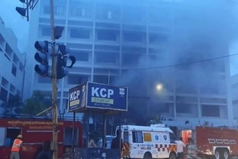 Hiện trường vụ hỏa hoạn tại khách sạn đang được sử dụng làm cơ sở điều trị Covid-19 ở bang Andhra Pradesh, Ấn Độ