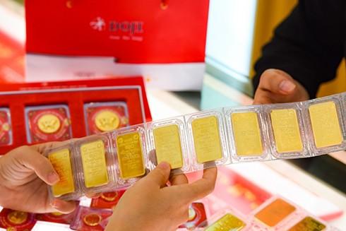 Khách giao dịch vàng miếng SJC tại DOJI