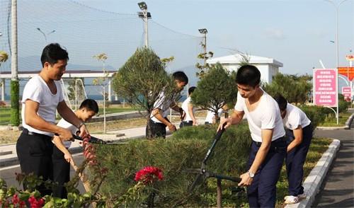 Cán bộ, thủy thủ Lữ đoàn tàu ngầm 189 chăm sóc vườn hoa cây cảnh trong những ngày xuân mới.
