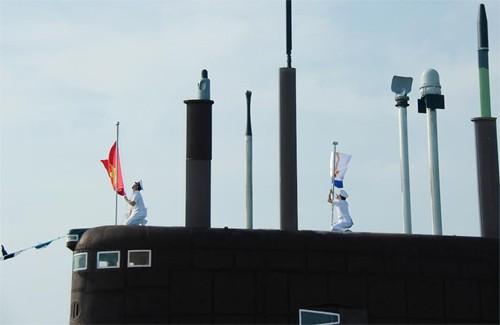 Lá cờ Tổ quốc và cờ Hải quân Việt Nam lần đầu tiên được kéo lên trong lễ tiếp nhận chiếc tàu đầu tiên Tàu 182 Hà Nội.