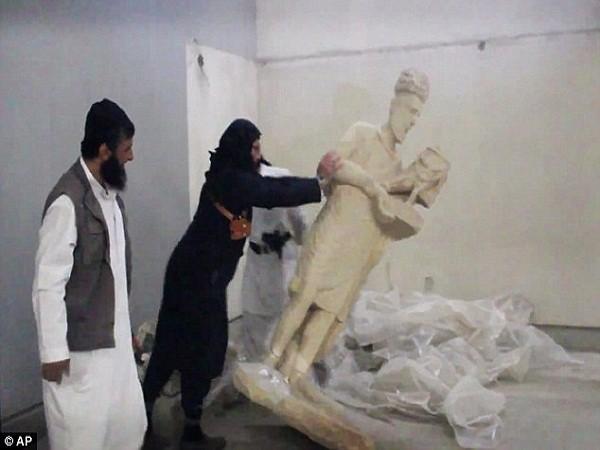 Những kẻ cực đoan dùng búa tạ và khoan điện phá hủy các bức tượng