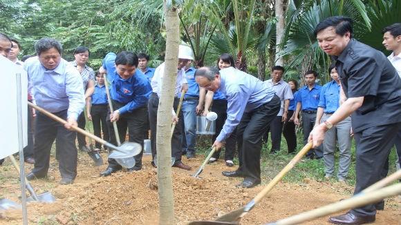 Các đại biểu tham gia trồng cây lưu niệm tại khu di tích lịch sử Kim Bình